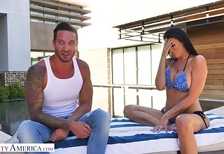 Handsome contriver fucks bodacious milf in bikini Reagan Foxx by the poolside